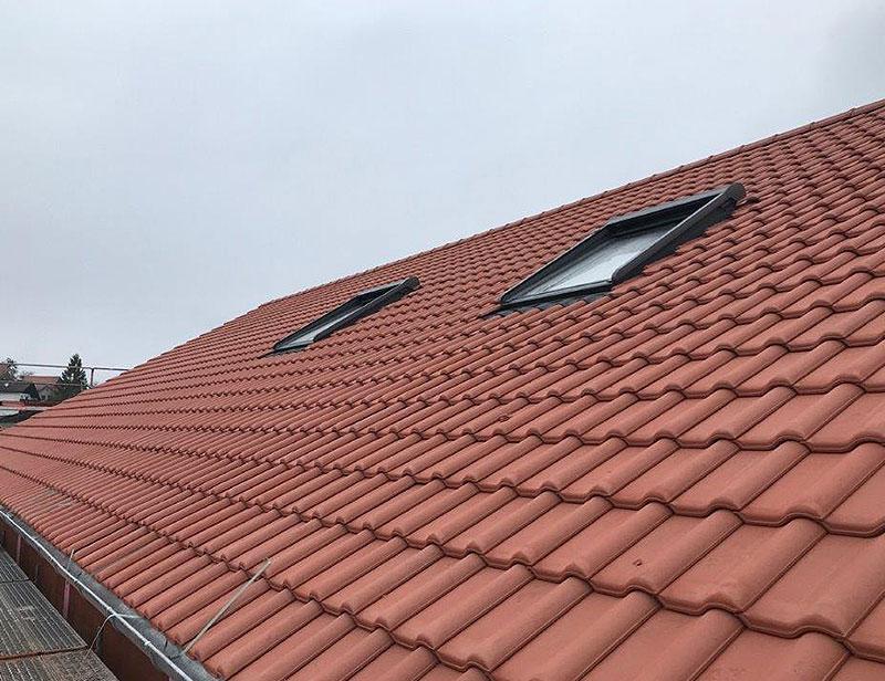 Dachdecker Jordan saniert ein Dach eines Kunden in Eichenzell.