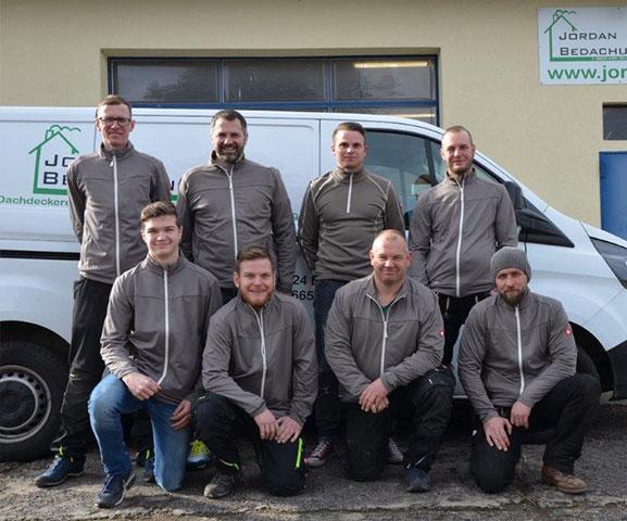 Team vor dem Firmenwagen in Eichenzell
